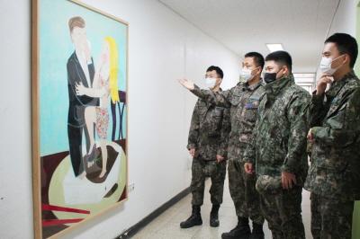 공군 방공관제사령부 예하 제8357부대가 국립현대미술관에서 대여한 다양한 예술품 10점을 감상하고 있다.